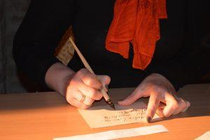 Edukacijos metu moksleiviai mokosi rašyti plunksna barokiniu šriftu (Kultūros centro muziejaus nuotr.).